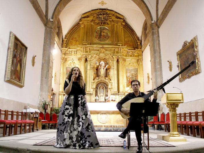 Raquel Andueza, soprano, y Jesús Fernández Baena, tiorba, en el recital de ayer en Santa Eulalia. Nerea Llorente.