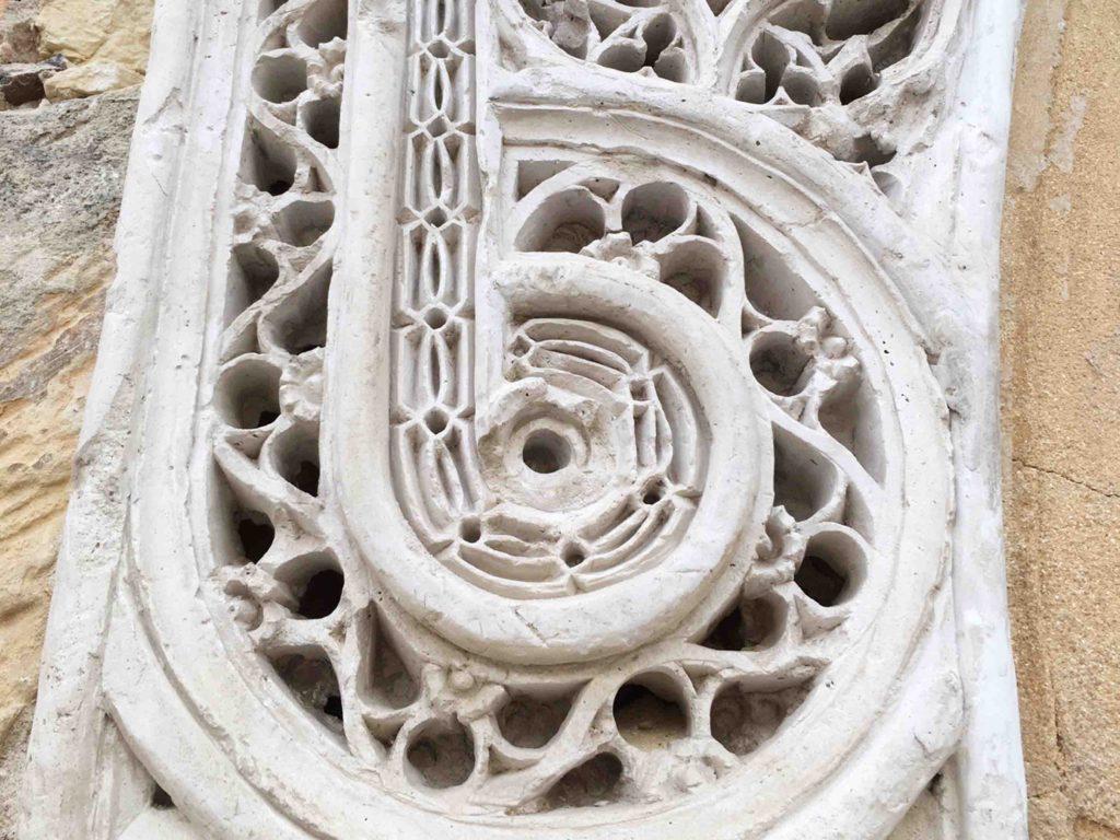 Fina tracería en una de las yeserías del Palacio