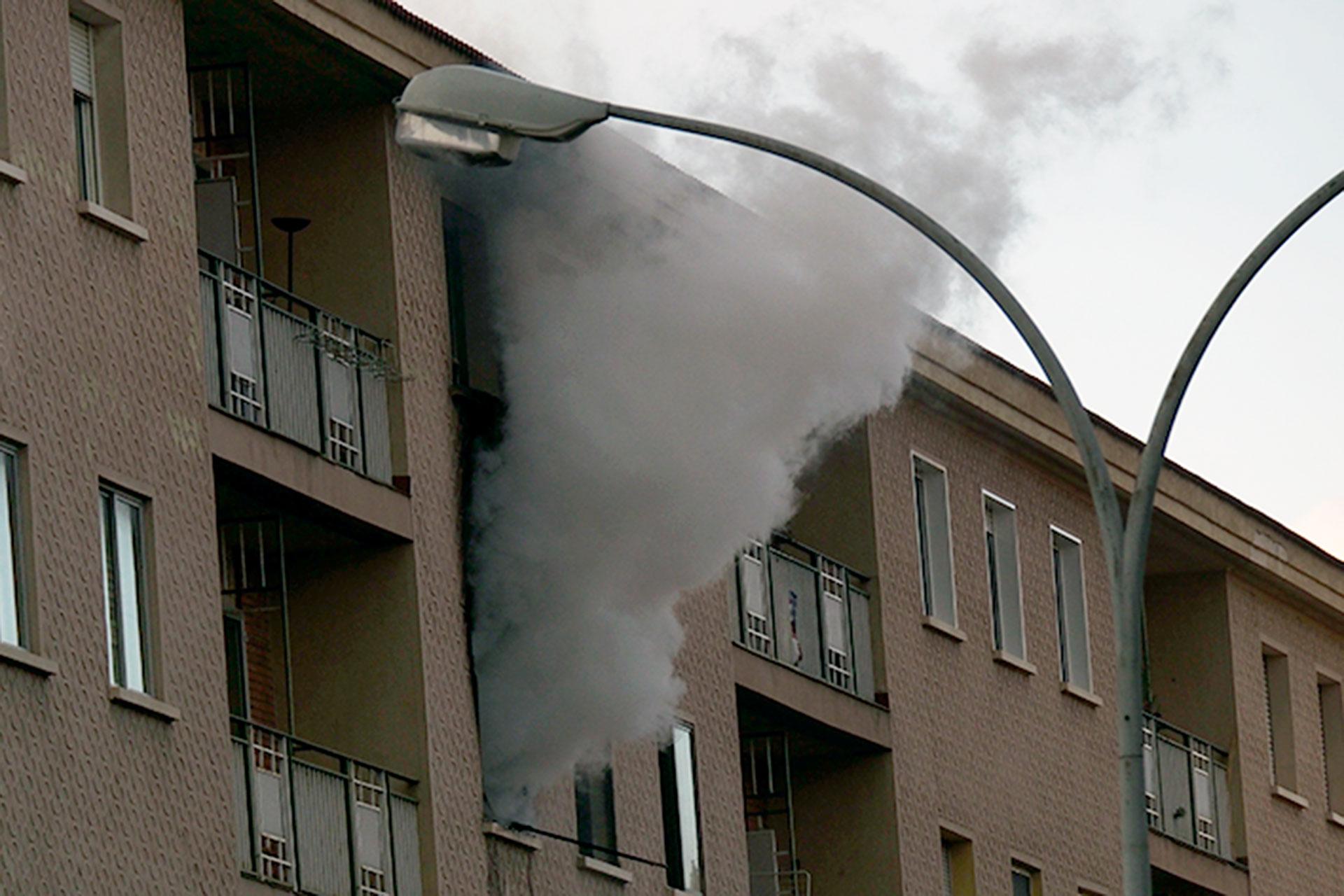 Un incendio arrasa una vivienda de la calle Ezequiel González