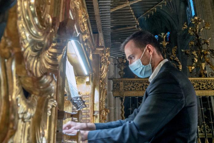 Francisco Javier Santos, organista de la Catedral de Segovia, en su actuación. Kamarero.