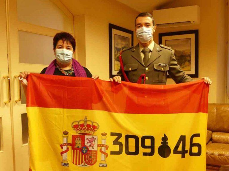 La alcaldesa entrega la bandera de España a los artilleros por Santa Bárbara
