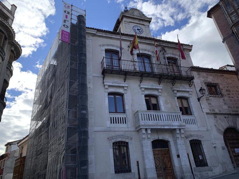 Comienza la instalación de andamios en el Ayuntamiento de Cuéllar