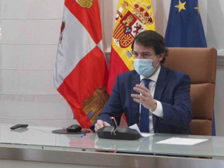 Mañueco traslada al sector turístico la intención de relajar restricciones