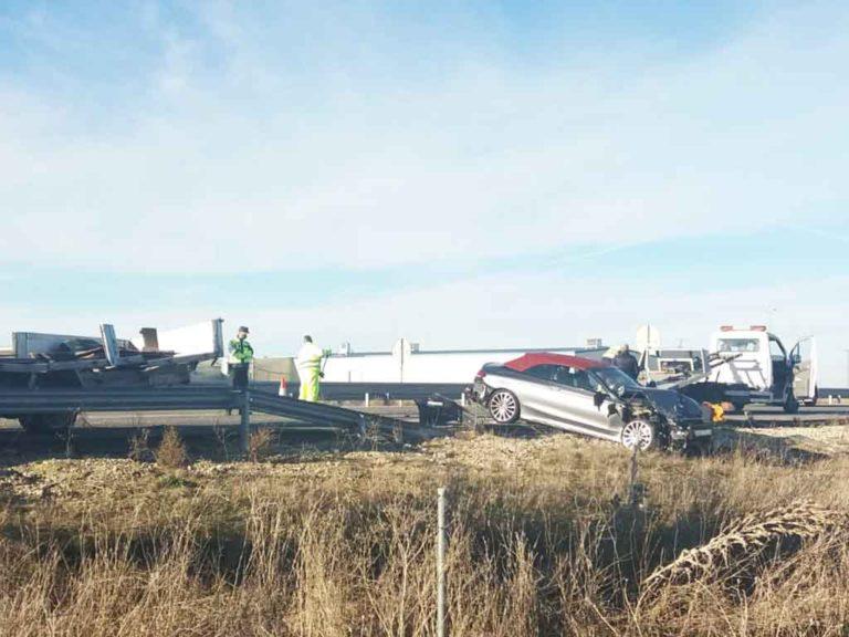 Tres vehículos implicados en un accidente en la Autovía de Pinares
