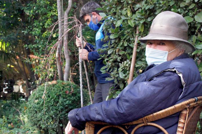 En primer término, Julia Casaravilla, y al fondo el jardinero paisajista Guillermo Cuadrado plantando el manzano. Nerea Llorente.