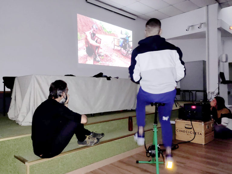 Proyectan películas a través de una bicicleta