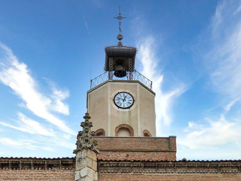 La iglesia de Coca luce nuevo reloj en lo alto de su torre