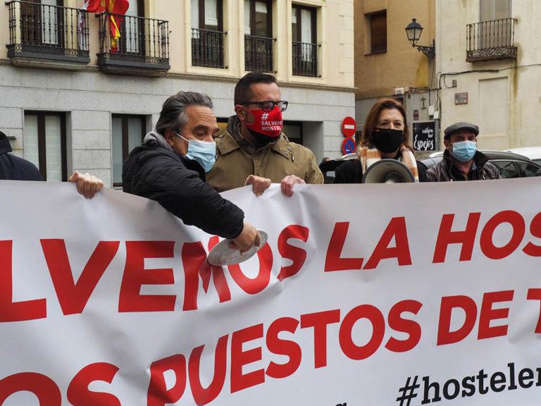 Los hosteleros rompen platos en protesta por la situación del sector
