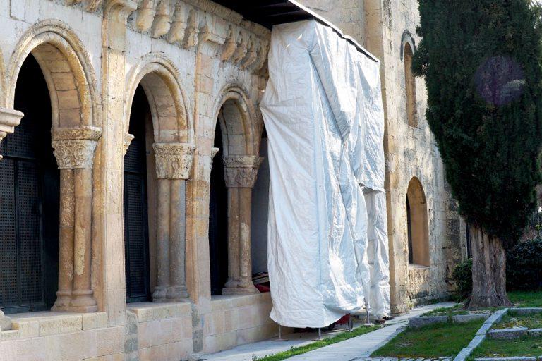 La Junta restaura los elementos decorativos del pórtico de San Juan de los Caballeros