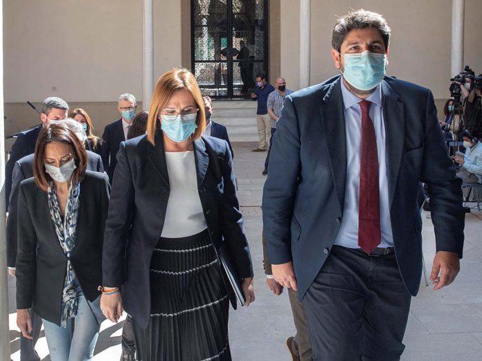 El presidente de la Comunidad de Murcia Fernando Lopez Miras la vicepresidenta Isabel Franco y la diputada de ciudadanos Valle Miguelez