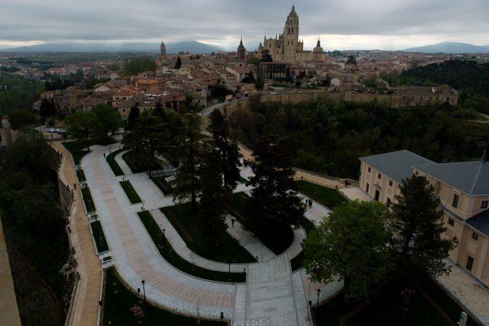 Imagen panorámica de la plaza de la Reina Victoria Eugenia desde el Alcázar, tras la remodelación. / KAMARERO