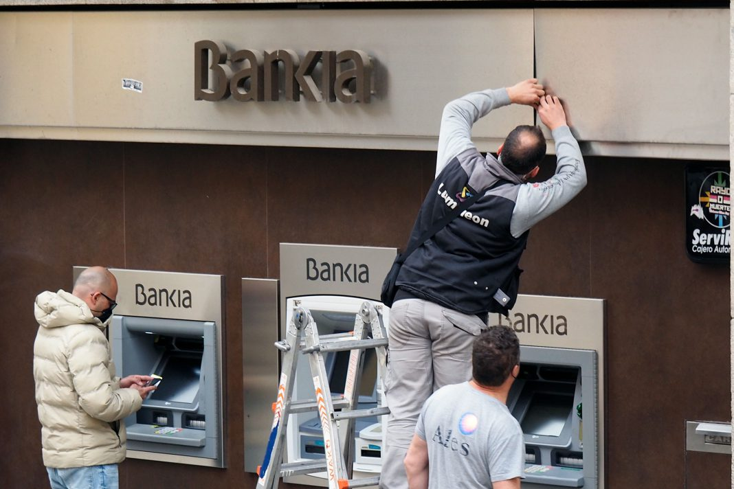 Bankia Sede Central Cambio Letreros Caixabank KAM6284