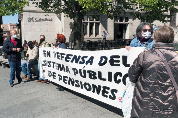 La plataforma pensionista se movilizó ayer en la avenida del Acueducto bajo el lema 'la pobreza mata'. / KAMARERO