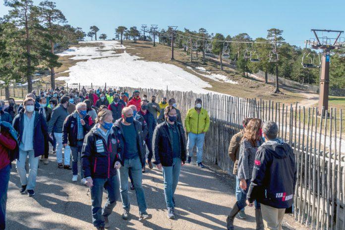 El pasado domingo, un grupo de personas participaron en una protesta para reivindicar que no se cierre la estación de esquí. Kamarero.