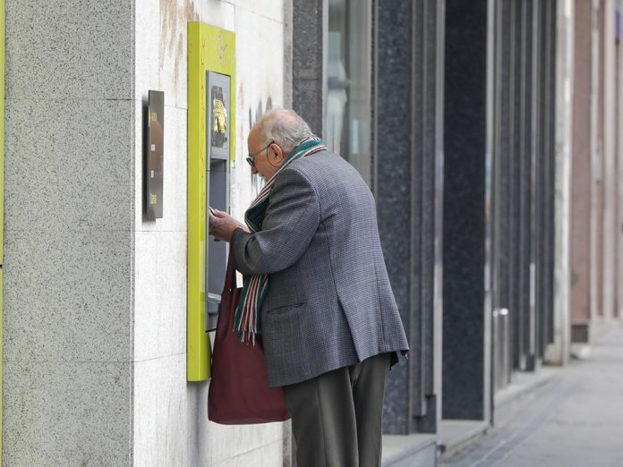 EuropaPress 2719473 anciano saca dinero cajero capital anuncio estado alarma restricciones