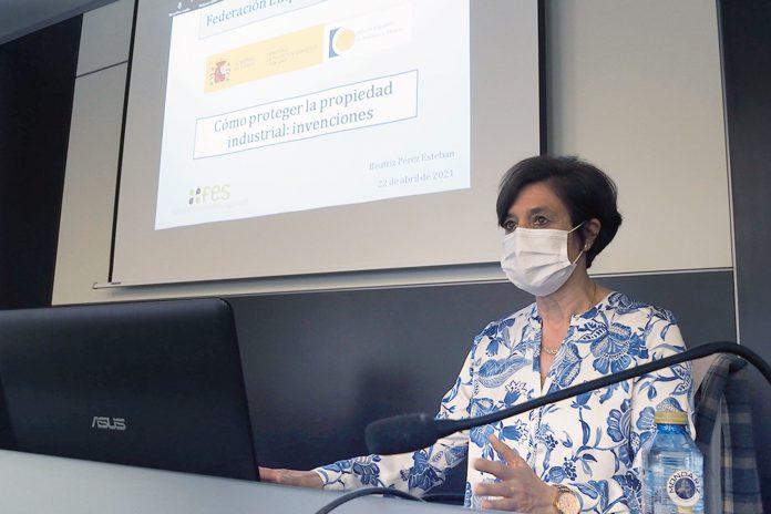 La jefa de Servicio de Patentes Químicas II de la OEPM, Beatriz Pérez, durante la conferencia en la FES. / KAMARERO