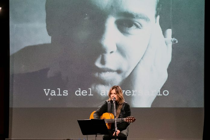 La cantante Silvia Comes homenajea al poeta Gil de Biedma. / KAMARERO