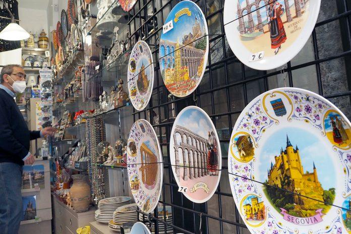 El propietario de la tienda de recuerdos 'Alba Regalos', Mariano Alba, pertenece a la Asociación Nacional de Negocios Turísticos y Souvenirs. / KAMARERO