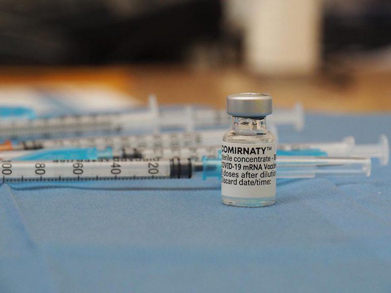 El último envío de vacunas deja 4.310 dosis de Pfizer y Moderna