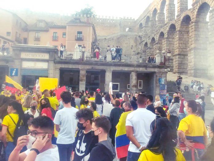 El pueblo colombiano se concentró en el Acueducto en la tarde del viernes. / EL ADELANTADO