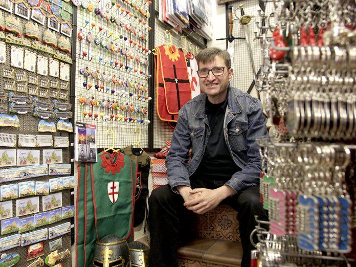 Enrique González está al frente de la tienda de souvenirs 'El Alcázar' desde 1986, tras la jubilación de sus padres, quienes abrieron el negocio a finales de los años 50. / NEREA LLORENTE