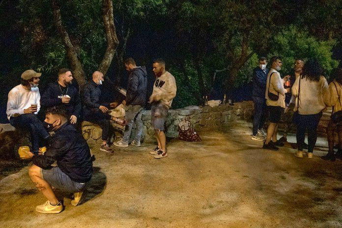 Un grupo de 15 madrileños viaja el fin de semana a Segovia y organiza un botellón en la Hontanilla para celebrar una despedida de soltero. / KAMARERO