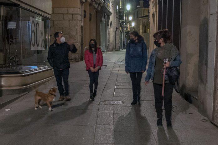Una familia aprovecha el fin del toque de queda para pasear. / KAMARERO