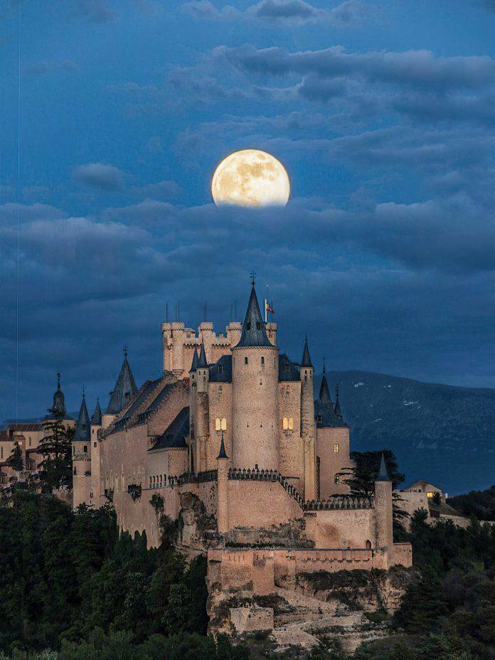 Superluna en el Alcázar de Segovia, fotografía tomada por Blanca Pascual @whtyheart en Twitter
