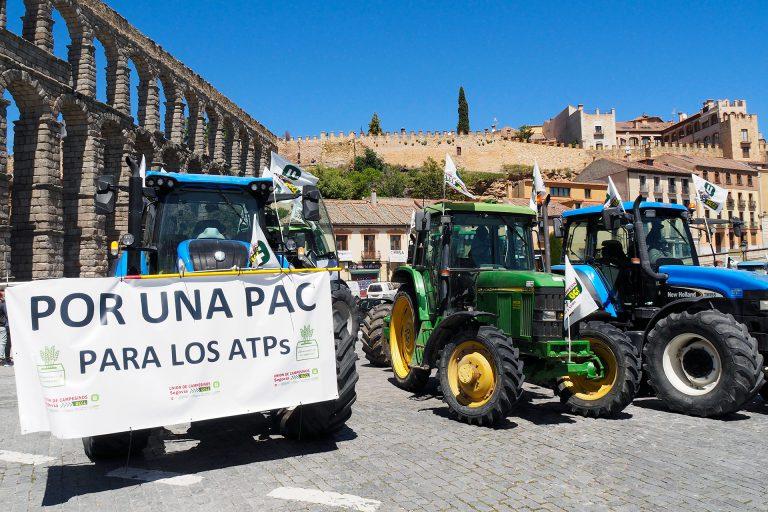 Cien tractores reclaman en Segovia un trato más digno hacia el campo