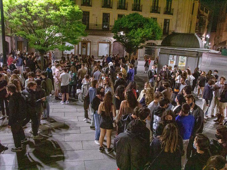 El fin del estado de alarma desata la euforia entre los jóvenes