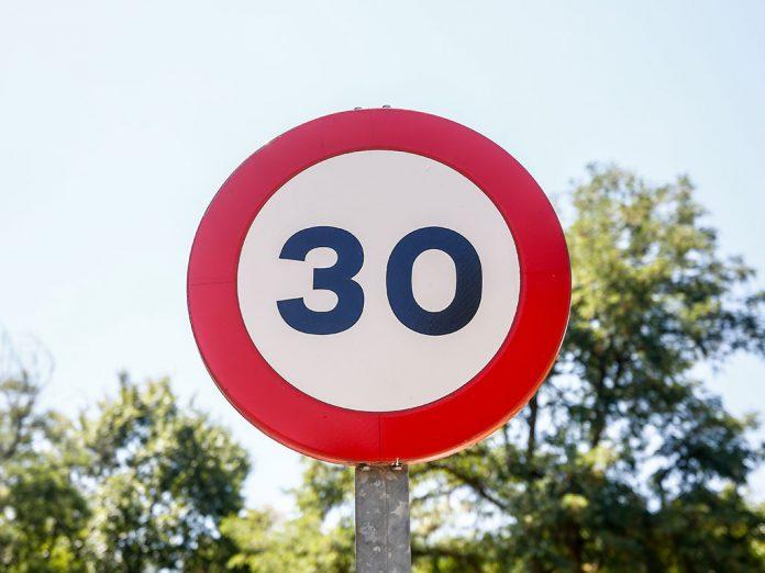 senal prohibido circular mas 30 km h