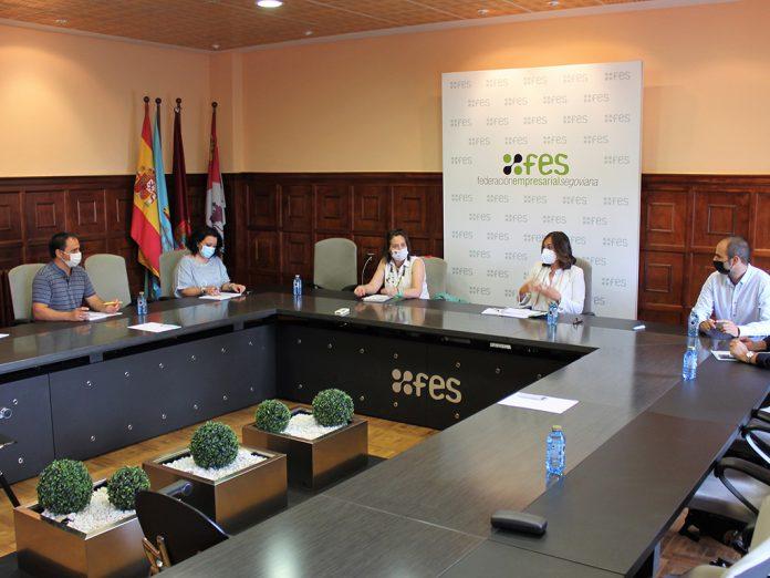 La gerente de la FES se reunió el pasado viernes con la coordinadora del proyecto Alimenta ConCiencia. / EL ADELANTADO