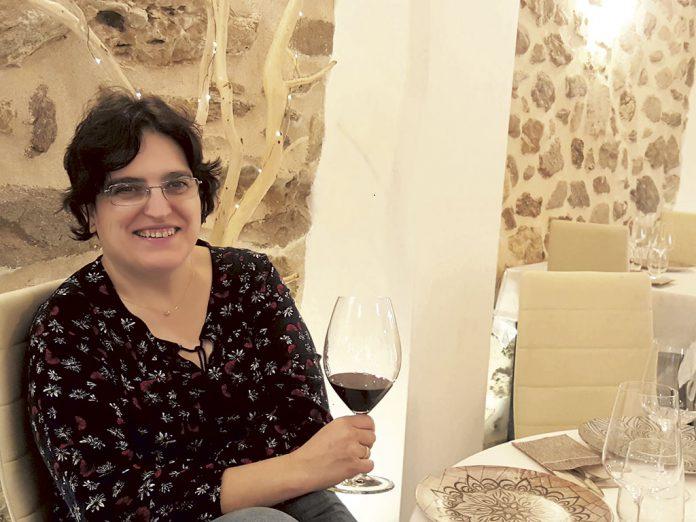 La hostelera María José Baeza apostó por la innovación en su negocio e introdujo distintas variedades de vino en barra. Ahora tiene cerca de 100 referencias en La Rebotica. / EL ADELANTADO
