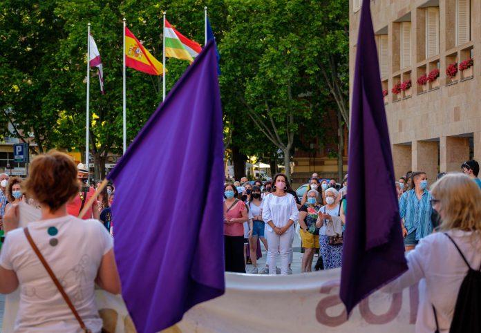Concentración contra las violencias machistas, que se ha celebrado este sábado en Logroño, organizada por la Coordinadora del 8M. EFE/Abel Alonso