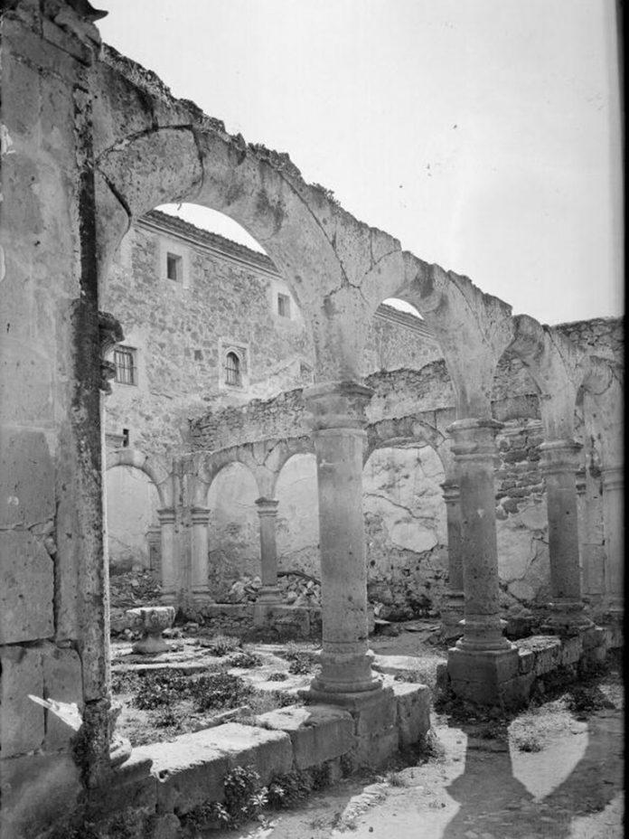 Ruinas del claustro de espera en el monasterio de El Parral Foto de Antonio Passaporte 1927 1936