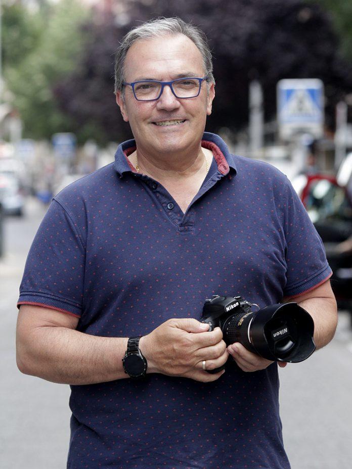 Juan Luis Misis es la tercera generación de fotógrafos y, en unos años, su hijo le cogerá el relevo. / NEREA LLORENTE
