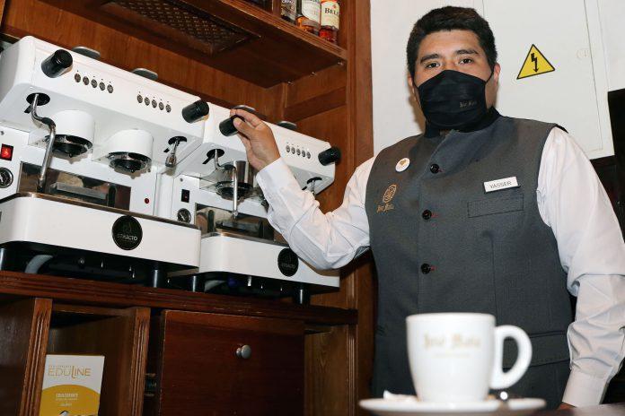 Yasser Omar trabaja en el restaurante José María desde hace cuatro años. Ahora ha recibido una beca para continuar su formación en la especialidad del café. / NEREA LLORENTE
