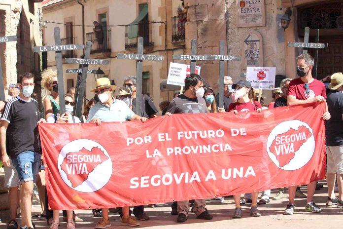 Algunos representantes de la plataforma 'Segovia Viva' con una pancarta en la manifestación./ANA Mª CRIADO