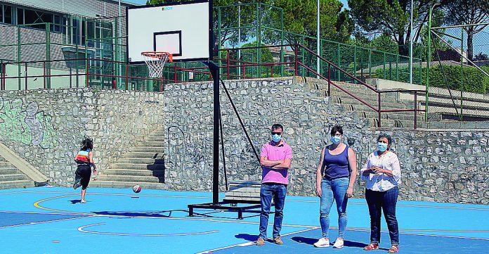 El alcalde y las concejalas, en la presentación de la renovada cancha de baloncesto. / C.N.