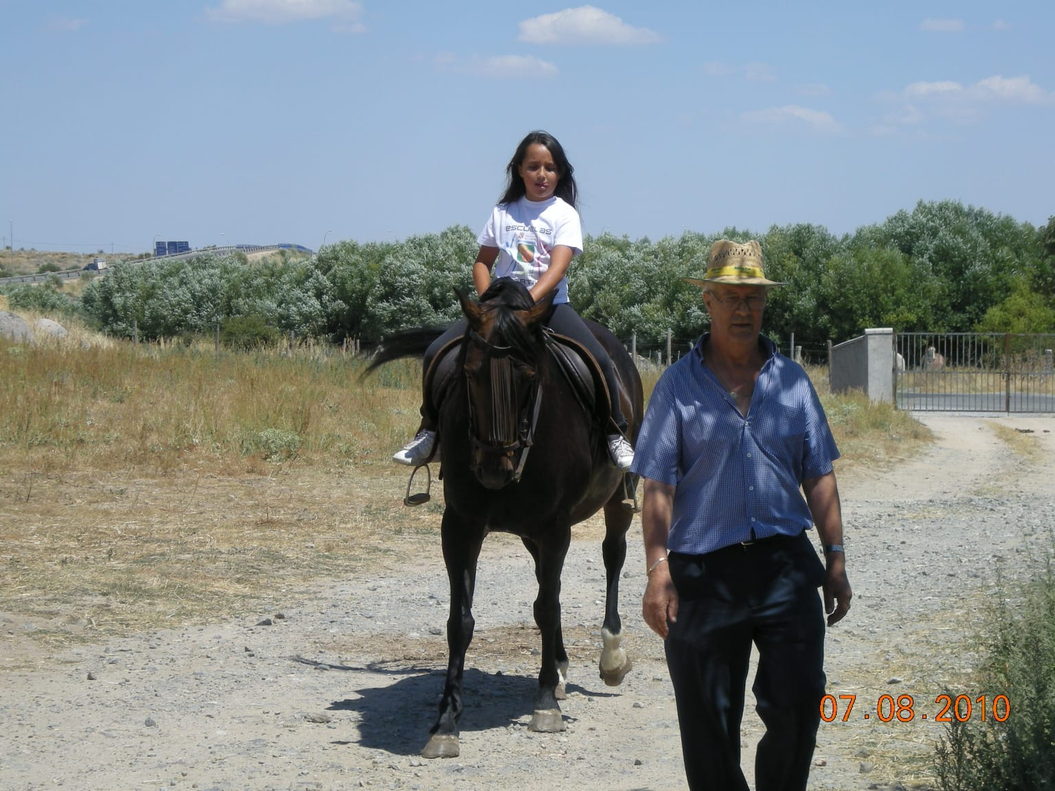 Andrea Garcinuno en un paseo con su abuelo