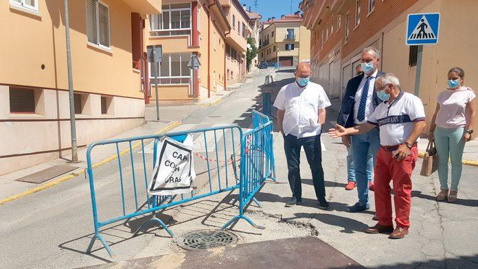 El delegado territorial José Mazarías junto al alcalde de la localidad y miembros de la corporación. / EL ADELANTADO
