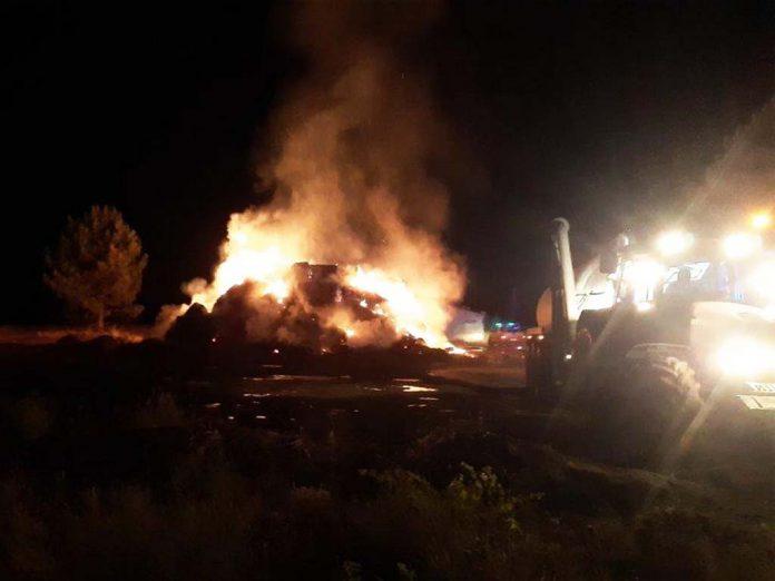Pacas ardiendo anoche en Navalilla