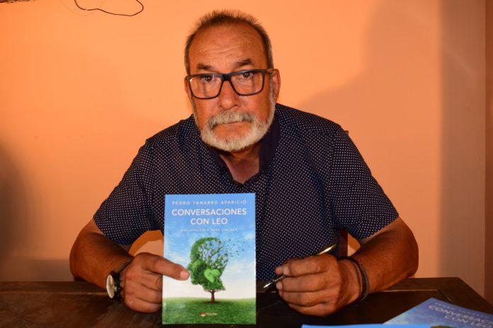 Pedro Tanarro Aparicio posando con su libro