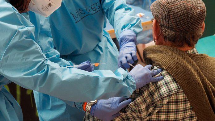 La campaña se ubicó en febrero de 2021 en el pabellón Pedro Delgado y en los centros de salud para abordar llamamientos masivos. / KAMARERO
