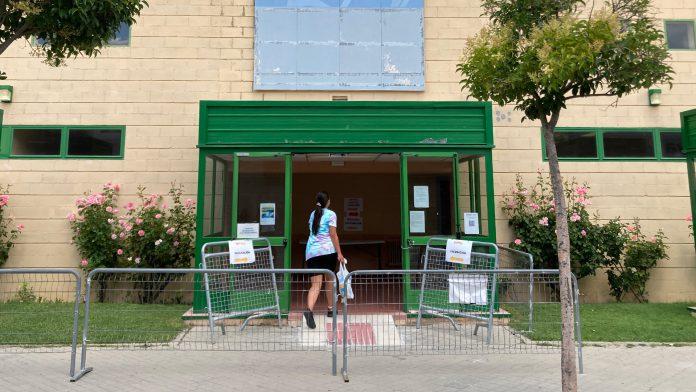 Entrada al pabellón Pedro Delgado, punto en Segovia para la administración de la vacuna. / JAIME GUERRERO
