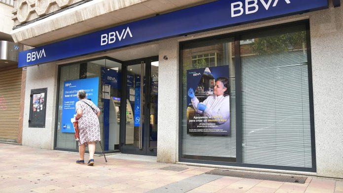 Una mujer pasea junto a una oficina bancaria. / JAIME GUERRERO