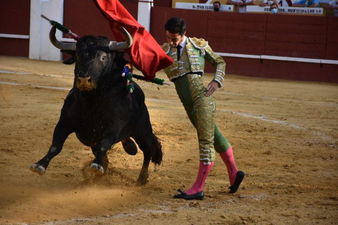 Pase de pecho del diestro Cristian Escribano, con el segundo toro de la tarde de la ganadería de Cebada Gago. / A.M.