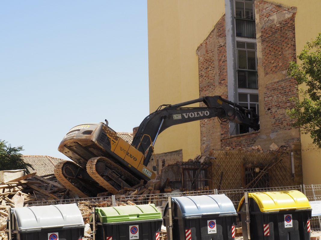 Estado del edificio del Paseo Ezequiel González tras empotrarse una excavadora. / KAMARERO