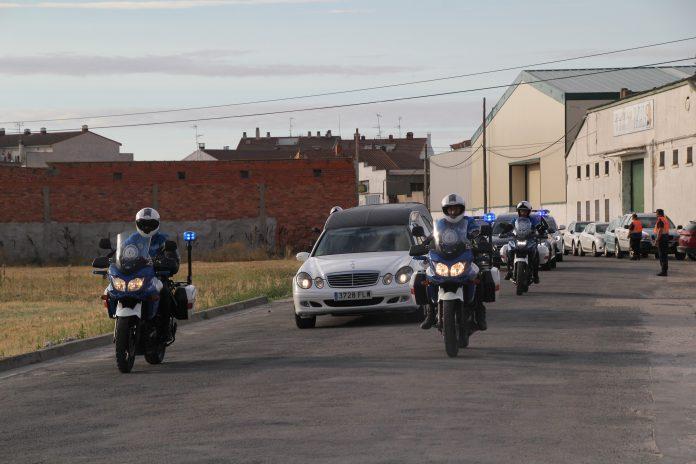 Comitiva acompañando al coche fúnebre.