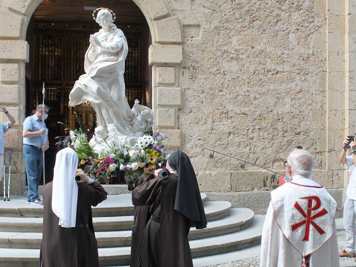 Las Carmelitas Samaritanas introdujeron en el templo la imagen